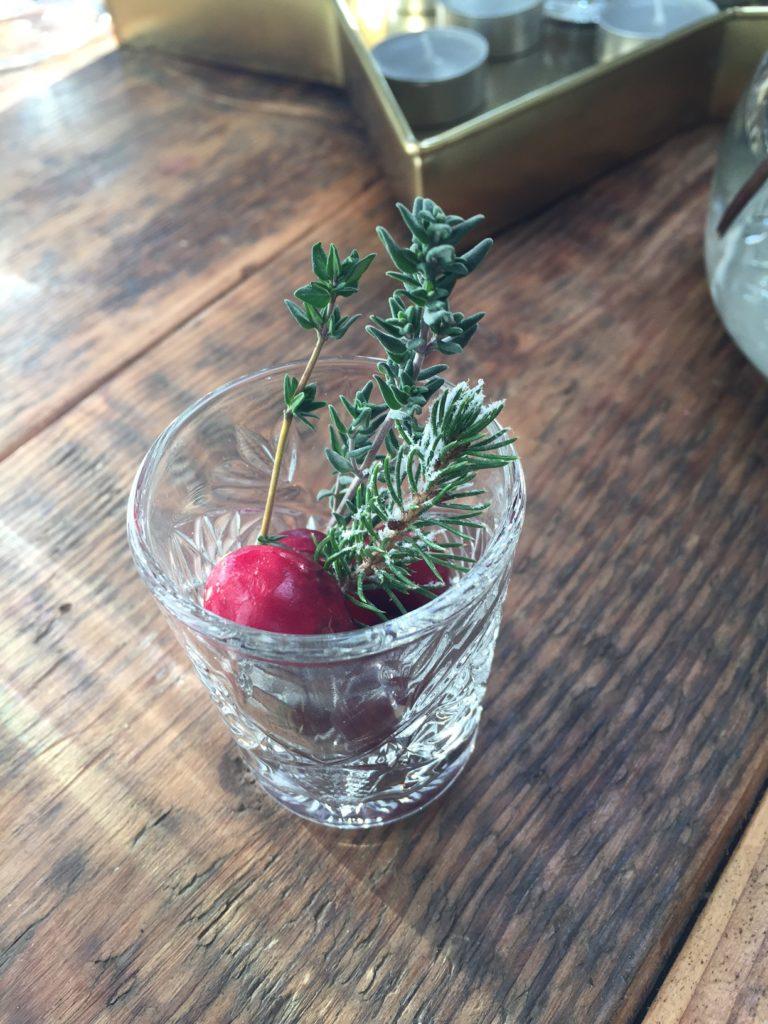 Vul glaasjes met takjes cranberry en tijm e1481898535454 768x1024.jpg