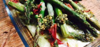 Geroosterde asperges met pesto en Italiaanse ham