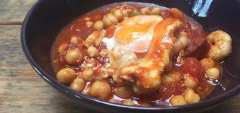 Chorizostoofschotel met gestoofde eieren en garnalen