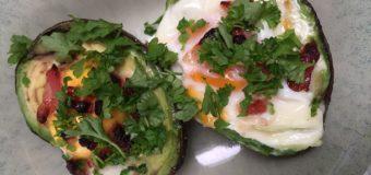 Avocado uit de oven met ei en spekjes