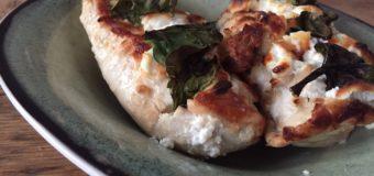 Hasselback kip met geitenkaas en spinazie