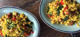 Gele rijst met chorizo en kikkererwten
