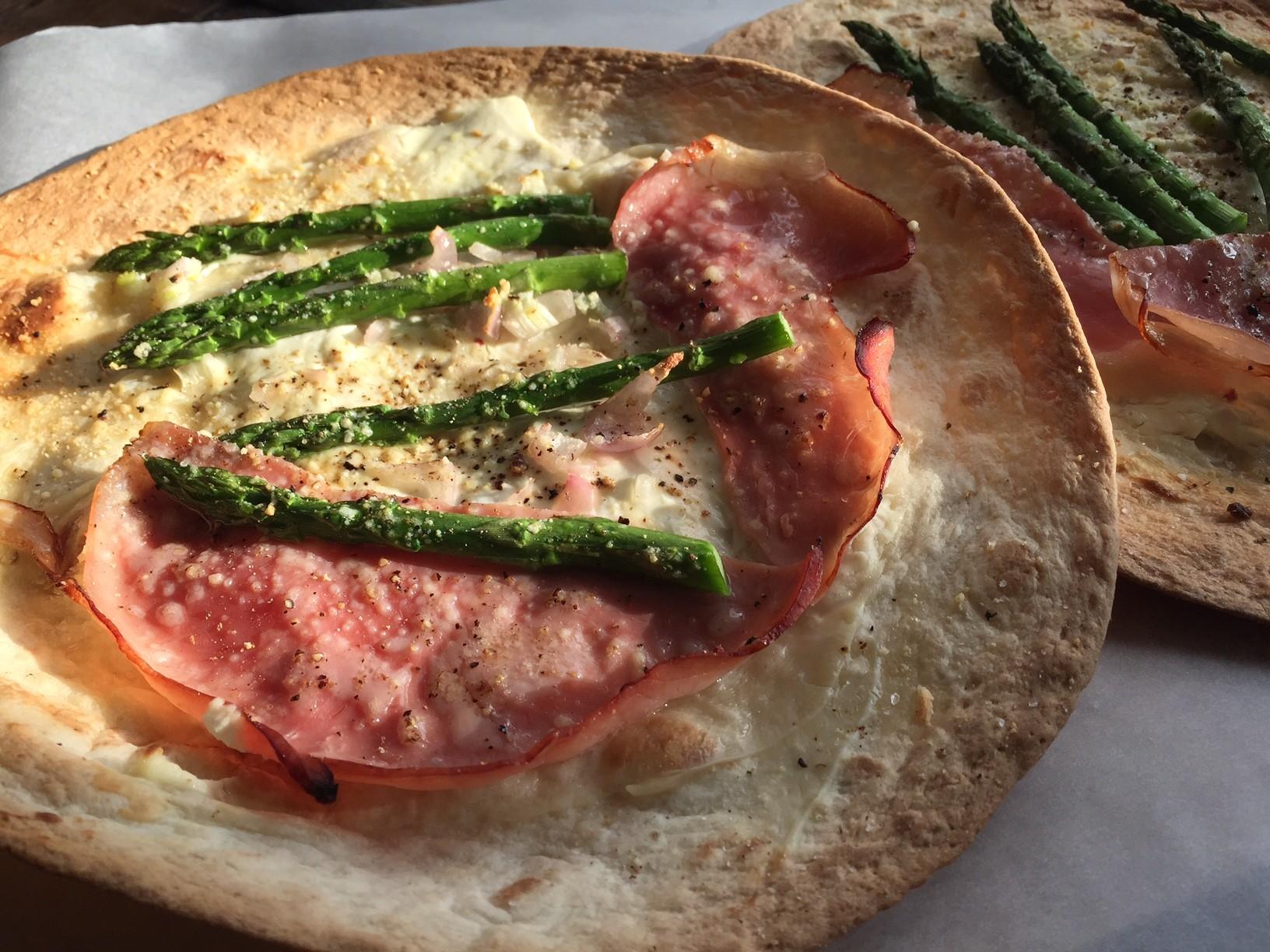 Tortizza met groene asperges en beenham