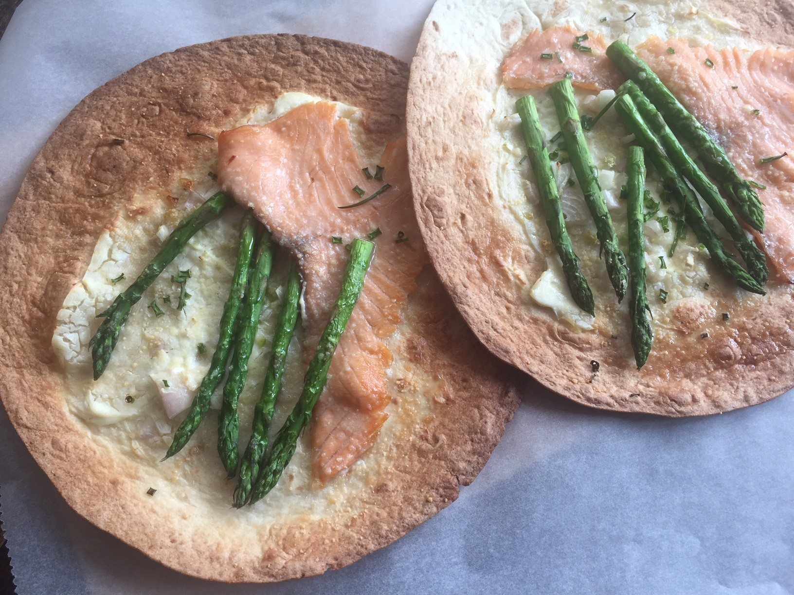 Tortizza met groene asperges en zalm