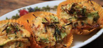 Italiaanse eimuffins met rode pesto