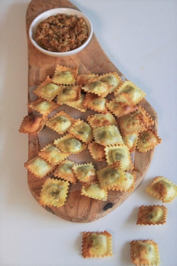 Ravioli uit de airfryer met tomatendip recept van foodblog Foodinista